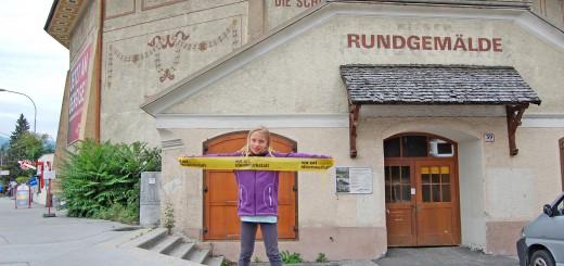 Pia Andexlinger und ihre Freunde von der Kinder-Sommer-Uni 2012 erkunden die Rotunde in Innsbruck. Foto: nonconform