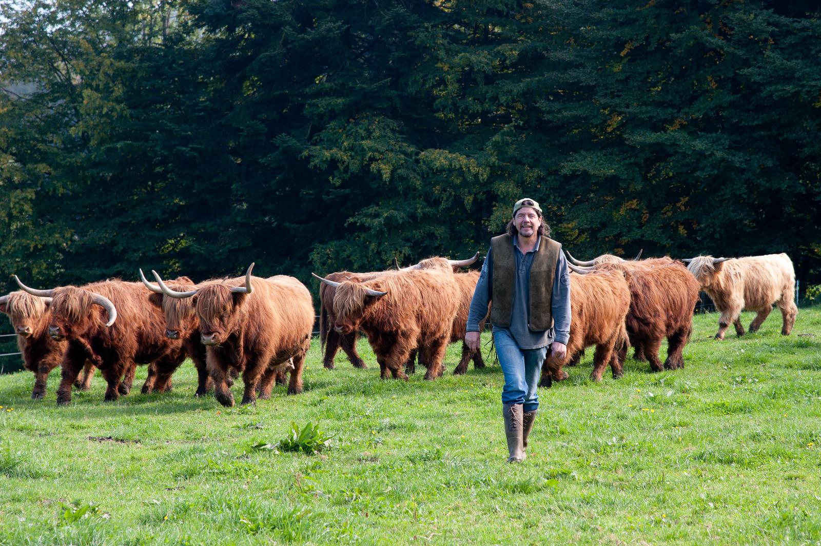 Züchter Lucian und einige seiner Tiere; Bild: Jürgen Schmücking