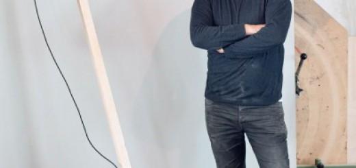 """""""How to DIY"""", ein Projekt von chmara.rosinke im Rahmen der Ausstellung NOMADIC FURNITURE 3.0 Neues befreites Wohnen?, Nachbau des """"la lampada a stelo"""" von Kueng Caputo (2008) mit Jona Hoier, Medienkünstler, 2013 © chmara.rosinke"""
