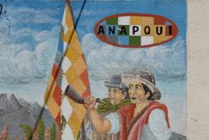 """Diese Malerei befindet sich auf dem Gebäude der Quinoa-Verarbeitungsanlage der Genossenschaft und zeigt die """"Whipala"""", die Fahne der Indígenas. Bild: EZA"""