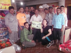 Ingrid Gumpelmaier-Grandl mit dem Team der Näherei in Nepal Bild: Fairytale