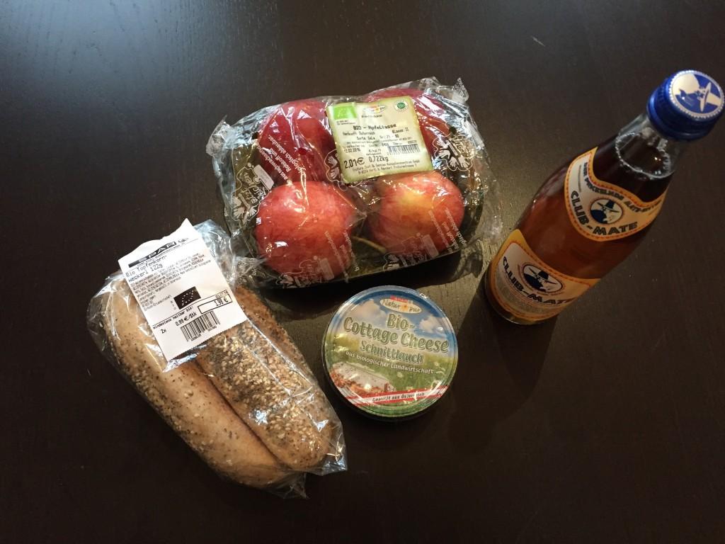 Mit einem kleinen Einkauf ist das Tagesbudget schnell erreicht. Der Preis für die Mittagspausen-Artikel im Bild: 6,77 Euro.