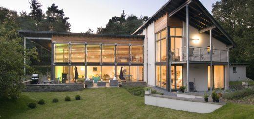 Dieses Anwesen aus nachhaltig gewonnenem Holz steht in der Nähe von London, England und wird mit Solarenergie beheizt. (Foto: © HaustauschFerien.com)