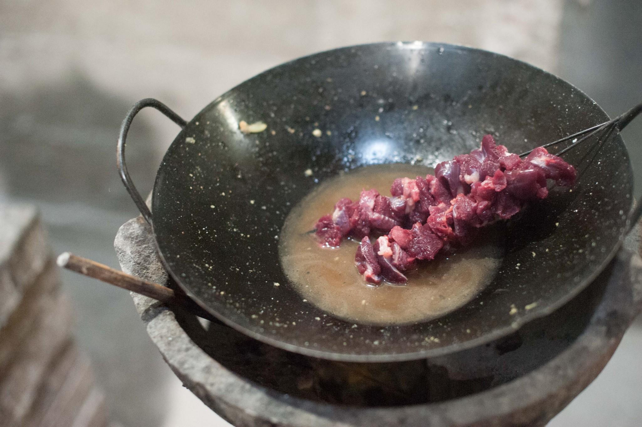 Rotes Fleisch, Kaum Fett: Hundebrust Spießchen, Her Noch Nicht Angebraten  (Foto