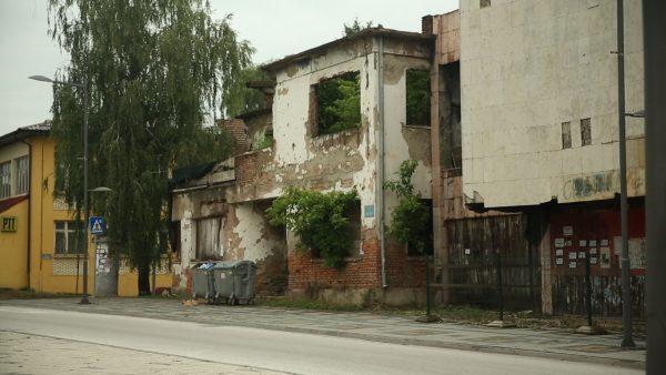 Bosnia grows Organic: Zerstörtes und verlassenes Kaufhaus