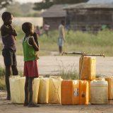 Bild: Jugendliche warten auf das Befüllen von Wasserkanistern im Südsudan. (John Wollwerth / Shutterstock.com)