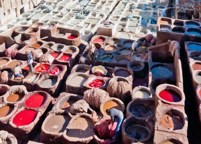 In Fes, Marokko wird Leder gegerbt und gefärbt. Die Leder-Gerbung gilt speziell als umweltverschmutzend.