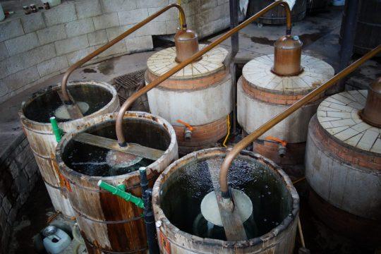 Damit aus dem Gegorenen Hochprozentiges wird, wird der Mezcal zweimal destilliert.